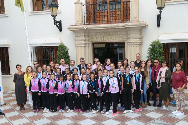 El Alcalde y el Concejal de Deportes reciben a las integrantes de Benalrítmica tras su victoria en el Campeonato de Andalucía