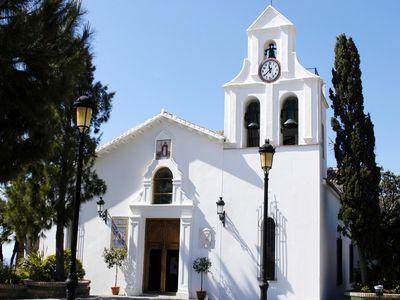 La AECC Impondrá este Sábado la Insignia de la Fundación a la Virgen de la Cruz con Motivo del 50 Aniversario de su Llegada a Benalmádena.