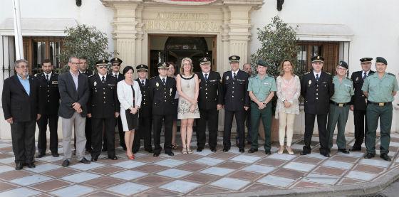 La alcaldesa de Benalmádena impone la Cruz al Mérito Policial al excomisario Jesús Vicente Álvarez
