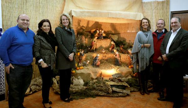 La alcaldesa acompaña a las Cofradías de Benalmádena durante la inauguración de sus tradicionales belenes