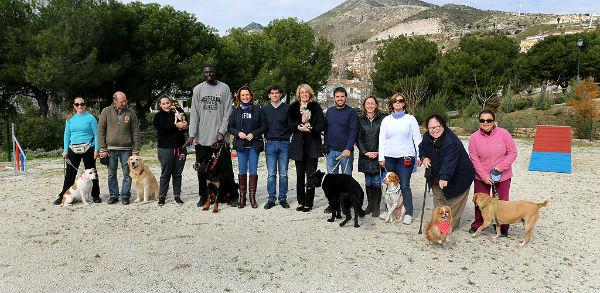 La alcaldesa inaugura el primer parque canino del municipio, que cuenta con un circuito de adiestramiento para perros