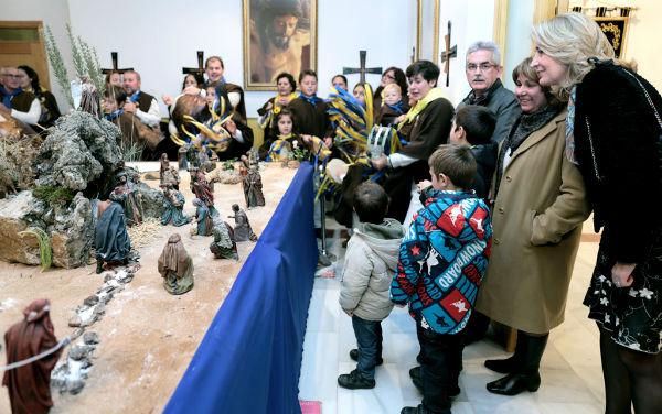 La alcaldesa asiste a la inauguración del Belén de la Cofradía de la Redención