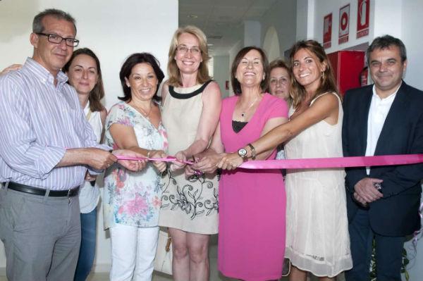 La alcaldesa preside la inauguración del nuevo centro de la Asociación de Familiares y Enfermos de Alzheimer