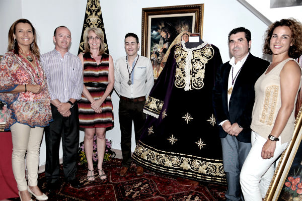 La alcaldesa inaugura la exposición del 75º aniversario de la llegada de la imagen del Nazareno a Benalmádena