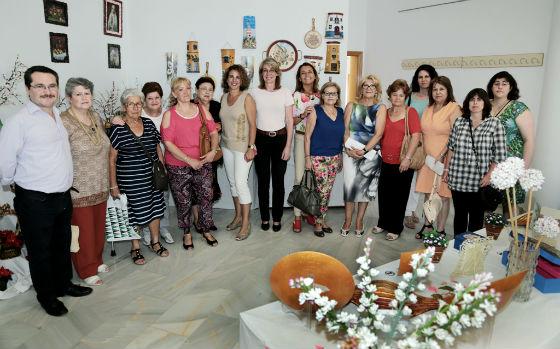 La alcaldesa inaugura en Arroyo de la Miel la Muestra de Manualidades del Centro de Formación Permanente