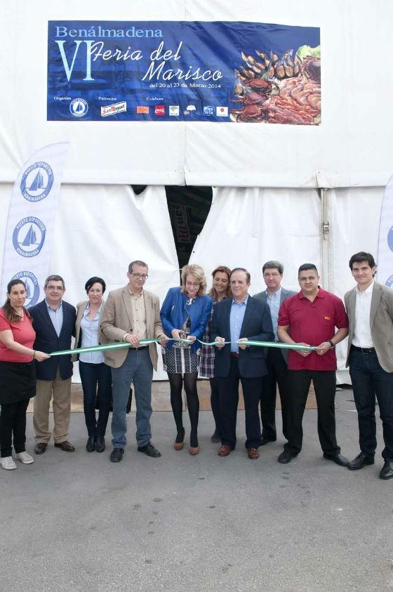 La alcaldesa inaugura la VI Feria del Marisco que acogerá este fin de semana el Puerto Deportivo de Benalmádena
