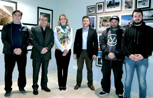 La alcaldesa inaugura la exposición fotográfica 'Skaters & Cultura Urbana, Juvensur 25º Aniversario'