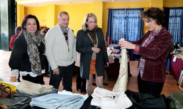 La alcaldesa inaugura el Rastrillo Solidario de la Hermandad de la Redención a beneficio de Cáritas