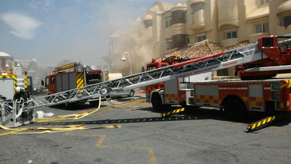Bomberos de Benalmádena extinguen un incendio que ha obligado a la evacuación de 16 viviendas del Pueblo Marinero