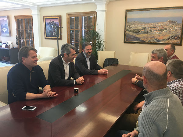 El Alcalde y el Concejal de Deportes mantienen un encuentro con Ramón Pérez tras recibir la insignia de oro de la Real Federación Española de Hockey