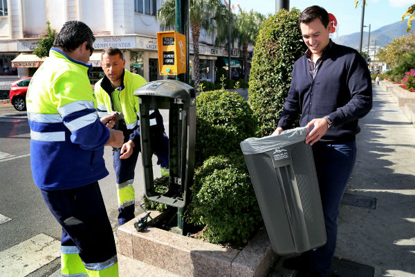 El Ayuntamiento coloca cerca de una treintena de nuevas papeleras en el centro de Arroyo de la Miel