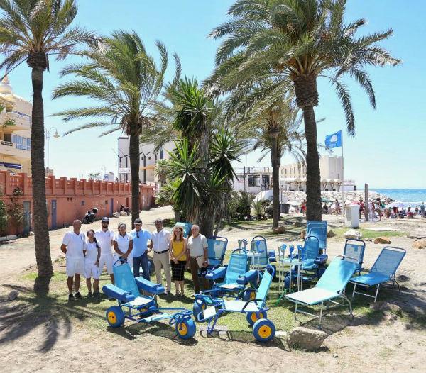 El Alcalde y la Concejala de Playas presentan el nuevo material para las playas dedicadas al baño adaptado de personas con problemas de maovilidad