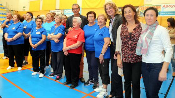 La alcaldesa comparte con los mayores la celebración de la XIII Jornada de Actividades Deportivas al Aire Libre