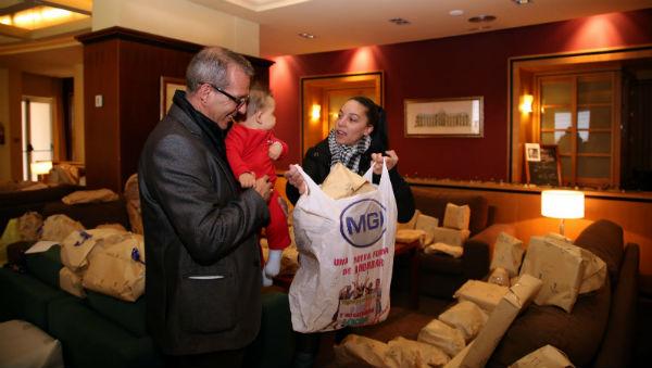 Tras la campaña llevada a cabo, Sabrin hace entrega de los juguetes para los menores usuarios de Bienestar Social