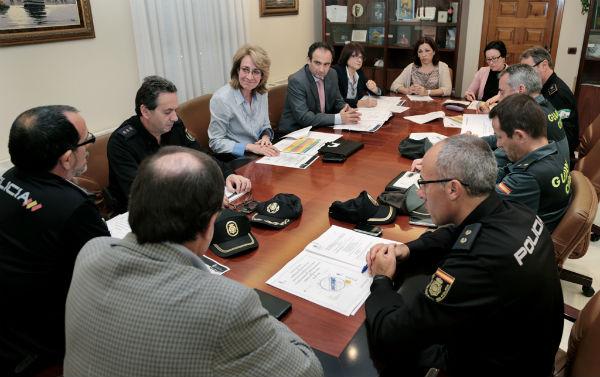 La alcaldesa propone a la Subdelegación del Gobierno la creación de patrullas mixtas de Policía Local y Nacional para reforzar la vigilancia en el Paseo Marítimo en verano