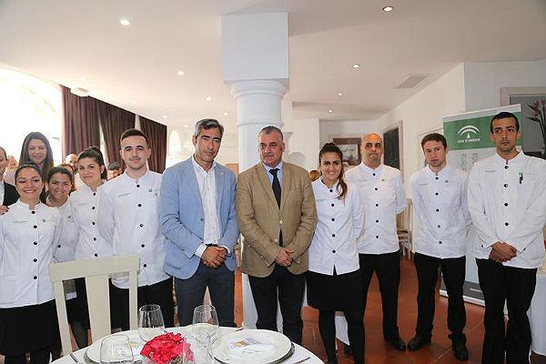 El Alcalde de Benalmádena, Víctor Navas; y el Consejero de Empleo, Javier Carnero visitan la escuela La Fonda tras la reapertura de su restaurante