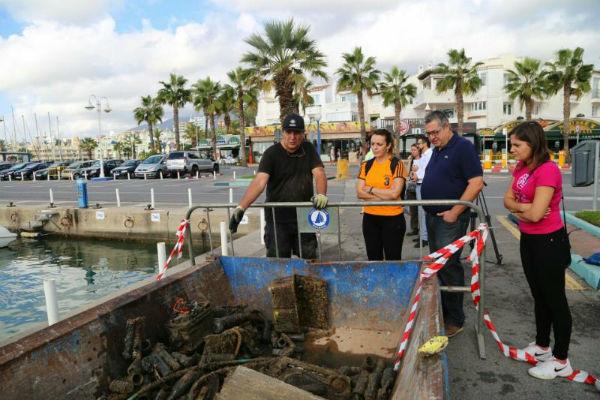 Una bicicleta, varias baterías y un depósito para combustible de acero inoxidable, entre los objetos más singulares recuperados de los fondos del Puerto Deportivo de Benalmádena