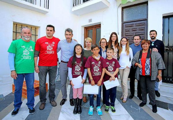 Alumnos, padres y profesores del Colegio Jacaranda abarrotan la Plaza de España con motivo de la XXVIII Marcha por la Paz