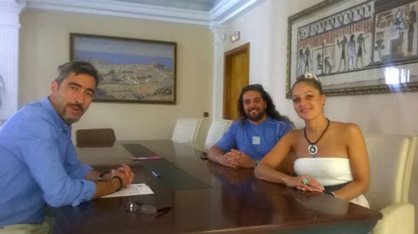El alcalde recibe a la cantante Mayka tras su exitoso periplo artístico por Miami