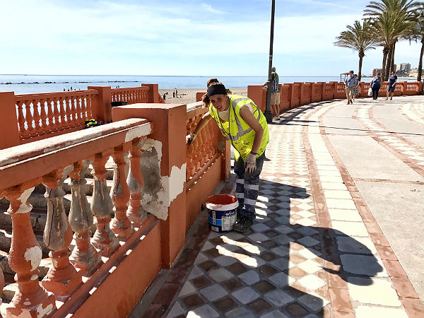 Servicios Operativos concluyen los trabajos de reparación y pintado en la balaustrada de la Playa Santa Ana