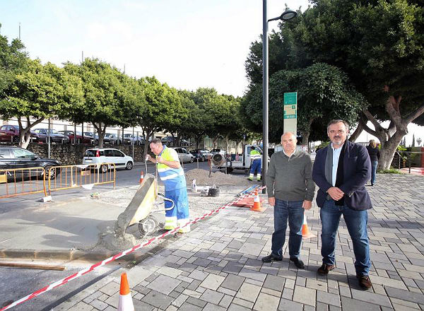 Servicios Operativos acomete mejoras en la parada de autobús de la Avenida Medina Azahara