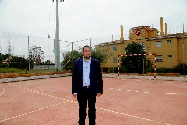 El Ayuntamiento trabaja en la puesta a punto de la pista deportiva situada en la Avenida del Cerro del Viento