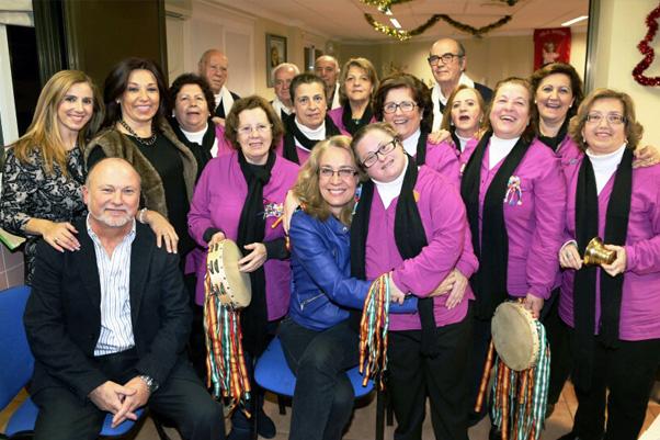 La Alcaldesa comparte con los usuarios y familiares de la Residencia Benalsol su merienda navideña