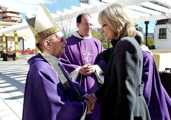 La alcaldesa asiste a la misa funeral por el párroco Antonio Martín