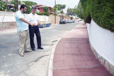 Servicios Operativos Acomete la Finalización del Acerado en la Calle Julio Romero de Benalmádena Costa.