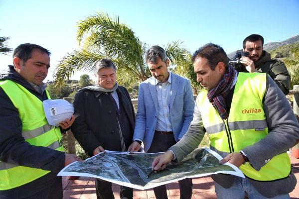 El Alcalde y el Concejal de Urbanismo visitan las obras de emergencia para la contención del talud en Arroyo Hondo