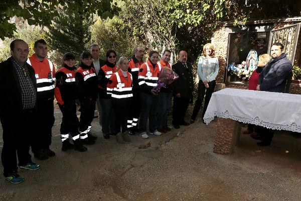 La regidora preside la ofrenda de flores en honor a la Virgen de Lourdes, patrona de Protección Civil