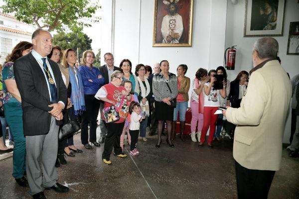 La alcaldesa realiza una ofrenda floral a María Santísima de la Esperanza