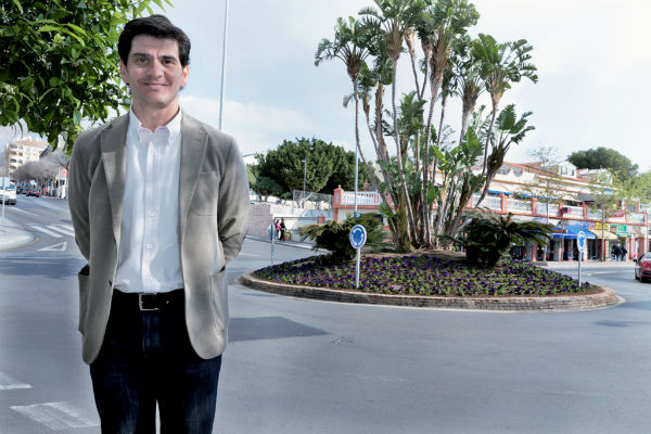 El Ayuntamiento embellece con 3.500 petunias las céntricas calles del municipio de cara a la Semana Santa