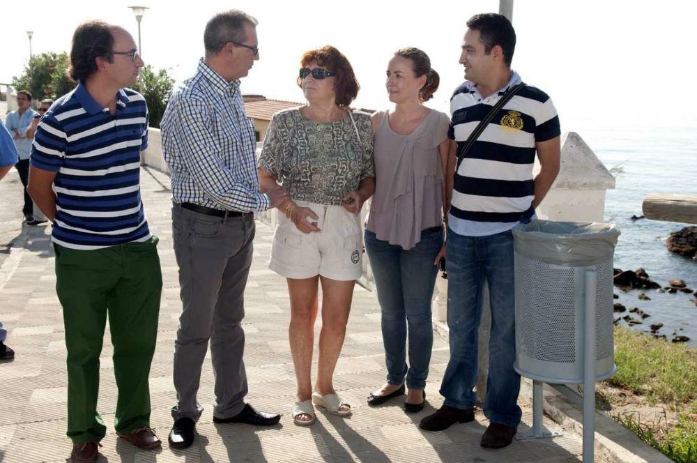 El Ayuntamiento procede a la colocación de papeleras en la zona de Torremuelle