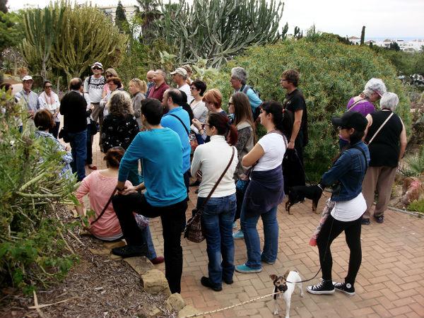 Cerca de medio centenar de benalmadenses participan en el paseo botánico por el Parque de la Paloma