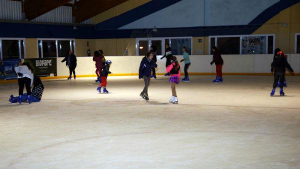 Bienestar Social y Deportes organizan una tarde de patinaje para los menores del aula psicoeducativa gracias al Club de Hielo