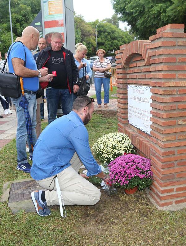 La familia y amigos de Alona Pavlovska descubren una placa en su recuerdo en el ...