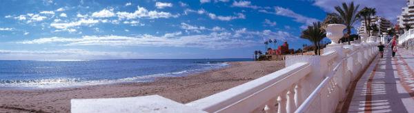 Las playas de Benalmádena estrenan 50 nuevas plataformas para sus duchas