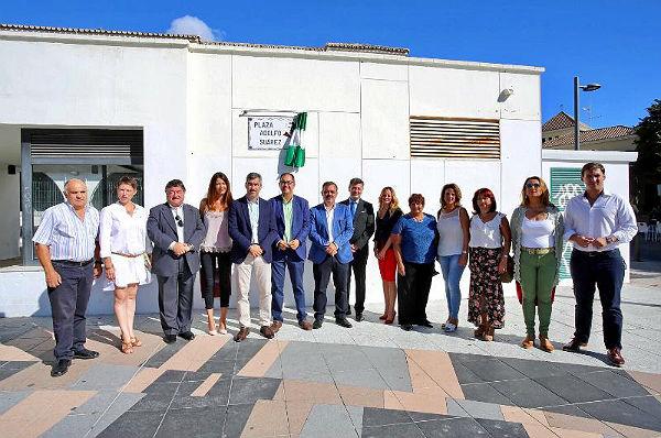 El Alcalde Víctor Navas descubre la placa de la Plaza Adolfo Suárez en Pueblosol