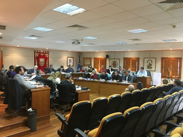 El Pleno aprueba por unanimidad la constitución de una comisión especial para estudiar y valorar los diversos informes sobre la contratación de los operadores de sala