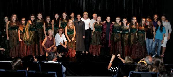 La alcaldesa felicita a los miembros de 'Alezeiateatro' por conseguir el primer Premio Nacional de Teatro Clásico