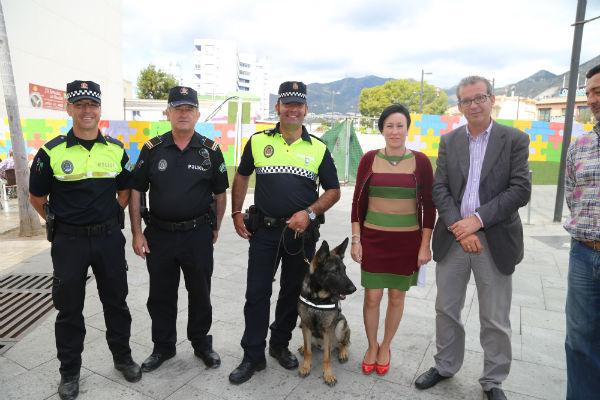 Francisco Salido y Concepción Tejada presentan oficialmente la nueva Unidad Canina de la Policía de Benalmádena