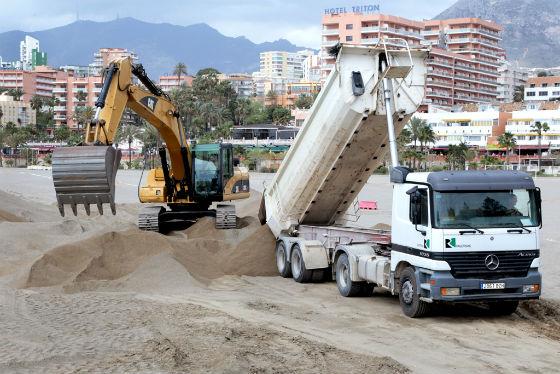 Benalmádena acoge la primera fase de la regeneración de sus playas con una aportación de 10.000 metros de arena de río en 'Las Gaviotas'