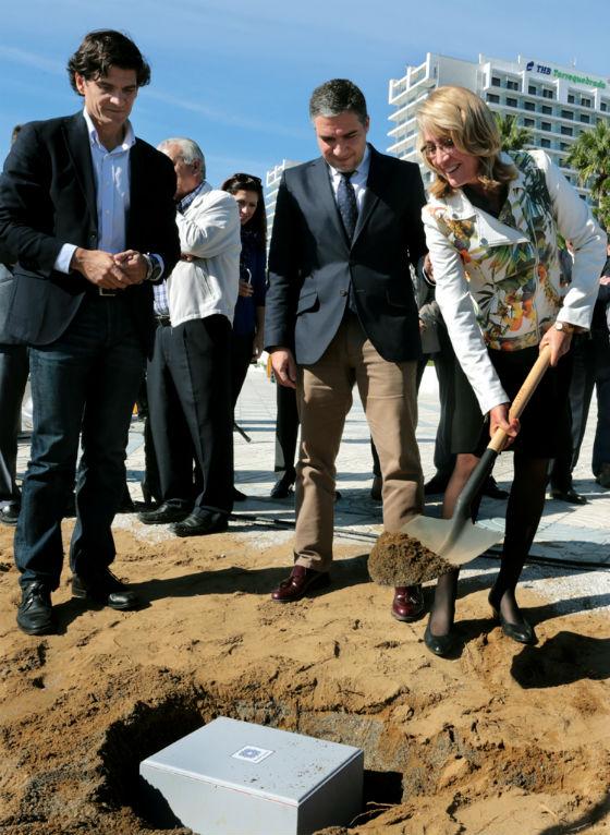 La alcaldesa preside la colocación de la primera piedra del proyecto de remodelación del Paseo Marítimo de Torrequebrada