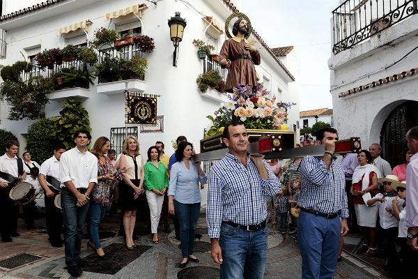 La alcaldesa preside la tradicional procesión en honor a San Isidro Labrador
