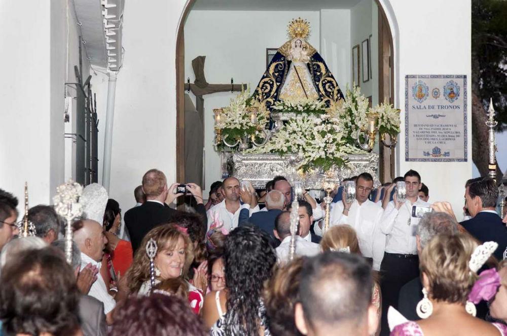 La llegada de la Virgen de la Cruz a la Plaza de España envuelta en un mar de bengalas marca el momento más emotivo y esperado de nuestra Feria