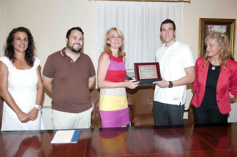 La Alcaldesa rinde homenaje al nadador paralímpico benalmadense Edgar Quirós