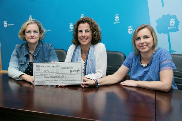 La Hermandad del Rocío entrega a la Asociación Contra el Cáncer 1.000 euros recaudados en su concierto solidario