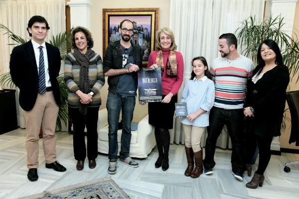 La alcaldesa recibe a los creadores del cortometraje 'Viaje de vuelta'