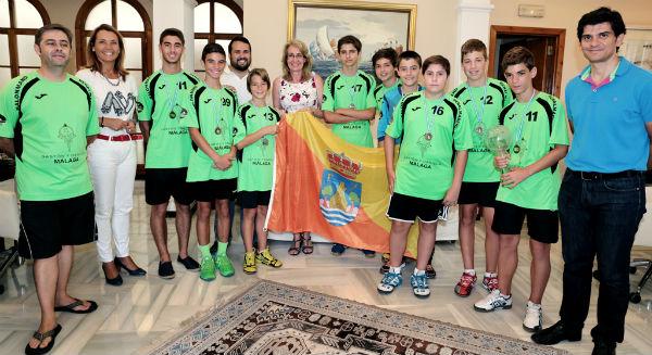 La regidora recibe al equipo de balonmano benalmadense ganador de la World Handball Cup en categoría infantil